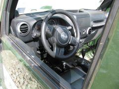 Sober interieur, geen radio, airbags uitschakelbaar, geen vloermatten.